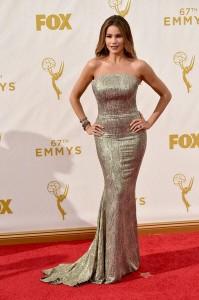 "Sofia Vergara de ""Modern Family"" con un vestido dorado de la firma St. John."