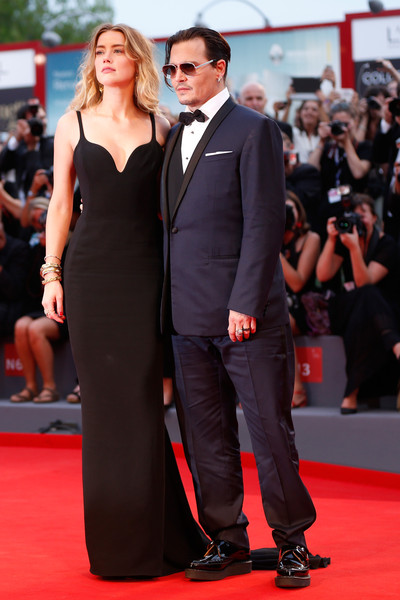 Amber Heard, con su marido Johnny Depp, con un vestido negro de tirantes de Stella McCartney.