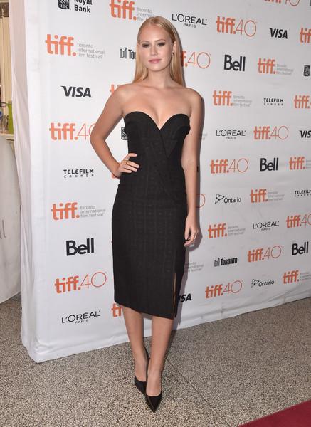 Danika Yarosh con un vestido negro con escote corazón de Stella McCartney Fall 2013.
