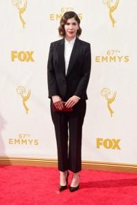 """Carrie Brownstein de """"Portlandia"""" con un traje negro con camisa blanca de la diseñadora Stella McCartney."""