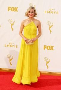 """Taylor Schilling nominada por """"Orange is the new black"""" con un vestido amarillo de escote asimétrico de Stella McCartney Resort 2016."""