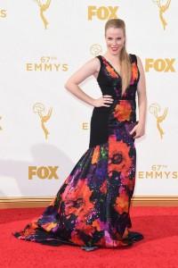 """Emma Myles de """"Orange is the new black"""" con un vestido negro con estampado floral de la firma Theia."""