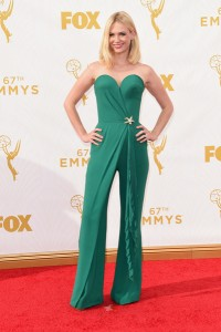 "January Jones de ""Mad Men"" con elegante un jumpsuit verde coral de la diseñadora Ulyana Sergeenko Fall 2015."