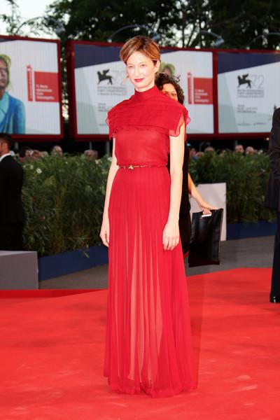 Alba Rohrwacher con un vestido rojo de Valentino colección Haute Couture Fall 2015.