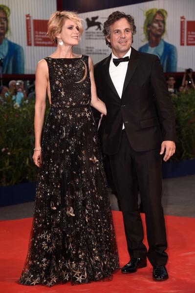 Sunrise Coigney, con su marido Mark Rufalo, con un vestido negro con estampados dorados de Valentino Pre-Fall 2015.