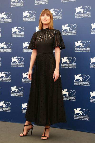 Dakota Johnson con un vestido negro de encaje de Valentino colección Resort 2016.