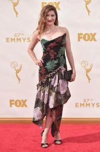 Kathryn Hahn con un vestido estampado de corte asimétrico de la diseñadora Vivienne Westwood.
