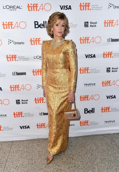 Jane Fonda con un vestido dorado de manga larga de Yves Saint Laurent.