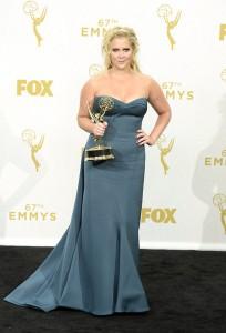 """Amy Schumer ganadora de un premio por su programa """"Inside Amy Schumer"""" con un vestido azul de Zac Posen."""