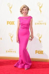 "Christine Baranski nominada por ""The Big Bang Theory"" y ""The Good Wife"" con un vestido fúcsia de Zac Posen Resort 2016."