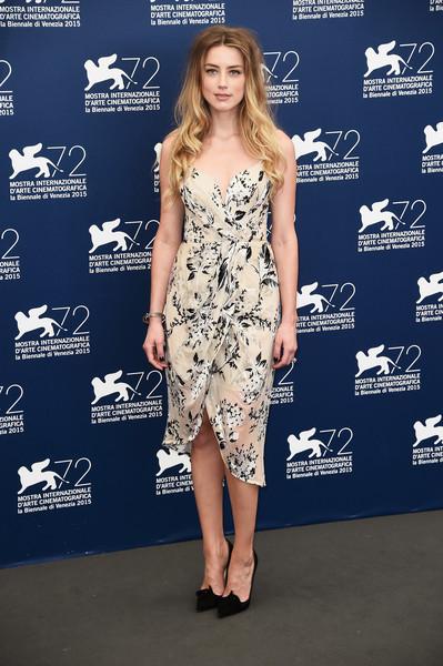 Amber Heard con un vestido blanco estampado de Zimmerman Spring 2015.