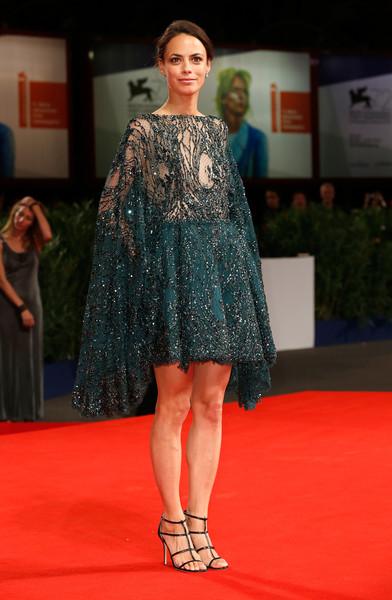 Berenice Bejo con un vestido corto de color verde oscuro de Zuhair Murad colección Haute Couture Fall 2015.