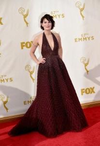 """Lena Headey nominada por """"Game of Thrones"""" con un vestido granate de corte princesa, gran escote y espalda destapada de Zuhair Murad Haute Couture Fall 2015."""